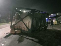 Truk Muatan Lem Resin Terguling, Macetkan Jalinsum KM.58 Sei Rampah