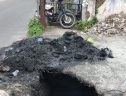 Oknum Kelurahan Diduga Buang Limbah Disamping Rumah Warga