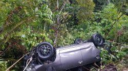 Mobil Kijang Innova Terjun Kejurang Sedalam 30 Meter Dijalan Lintas Pakpak Bharat